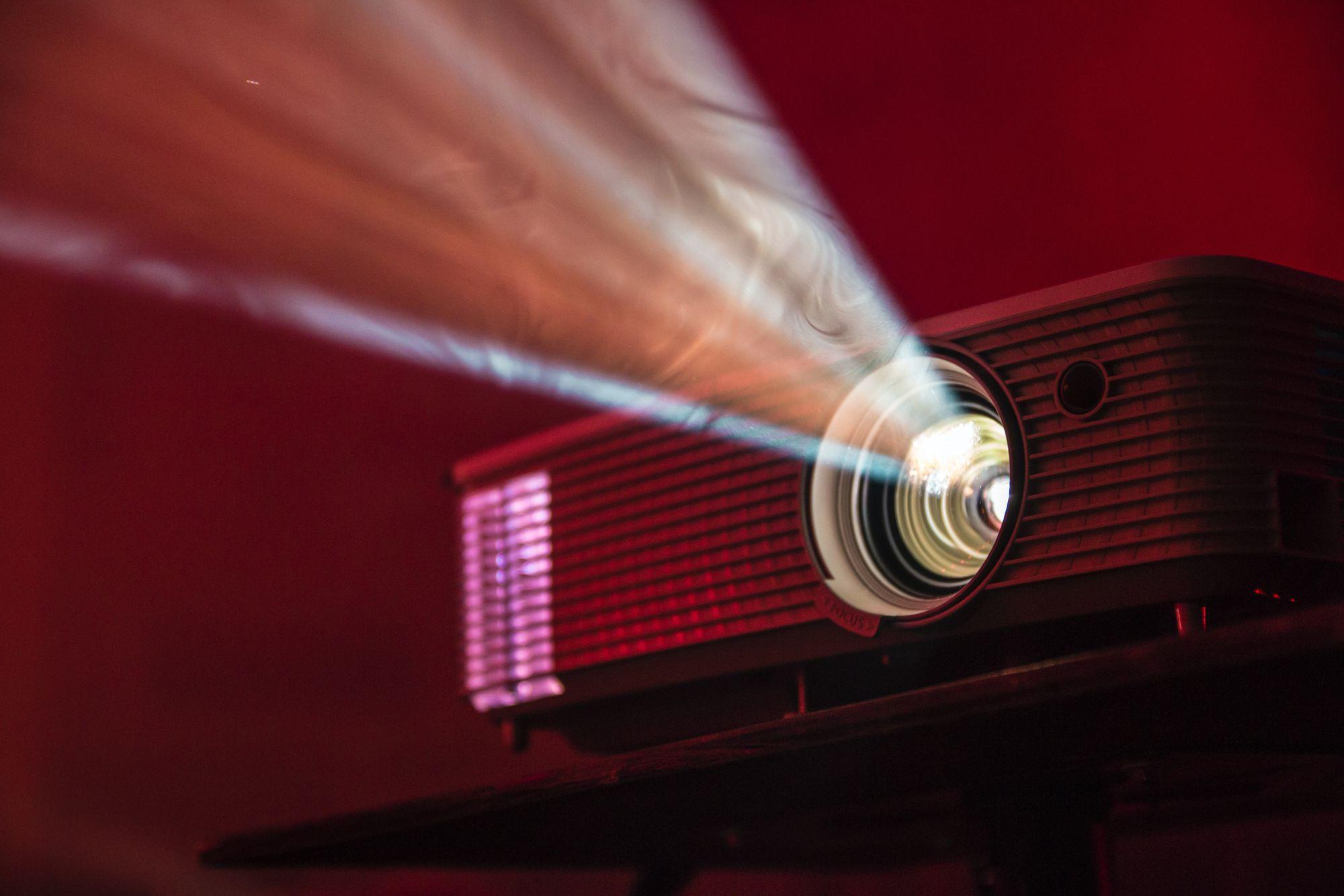 Selama Pandemi Gak Bisa Ke Bioskop, Ide Home Theater Ini Cocok untuk Anda Yang Hobi Nonton!